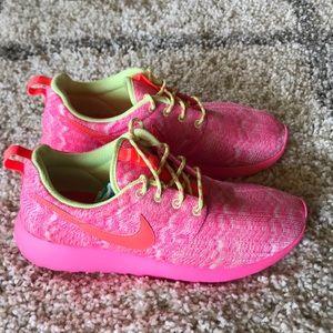 Nike Rosherun Sneaker 599729-100 Pink / Lime  6.5Y